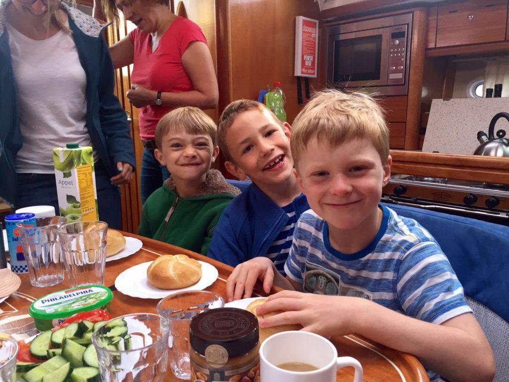 Nestors Freunde Jakob und Theo sind überraschend nach Holland gekommen